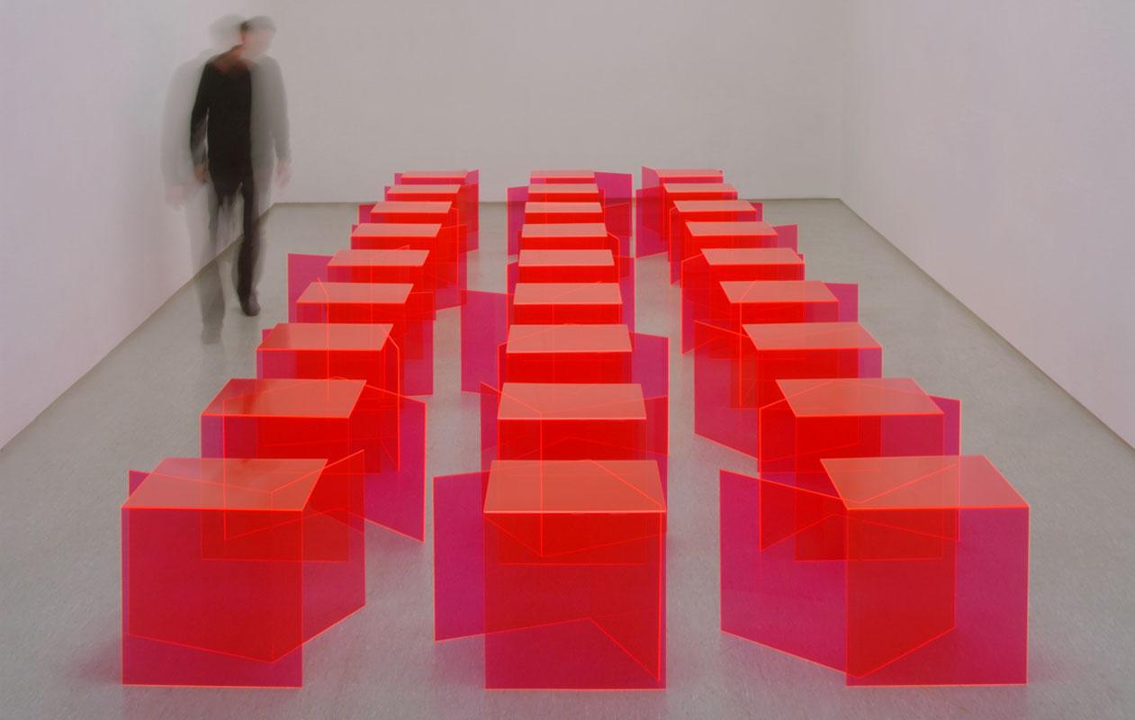 Kunstinstallationen aus Elementen aus transparentem fluoriszierendem Acrylglas, gefertigt von axis in Nürnberg