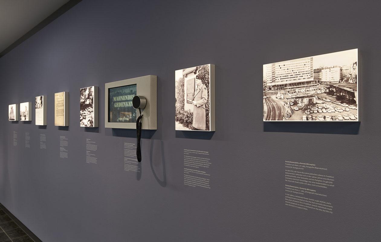 Auf einer Serie von Lightpanel frameless plus Druck der Marke Designpanel mit warmweißen LEDs wird die Geschichte der Zerstörung des Viertels und der Fund der Grundmauern in den Achtzigern dokumentiert.