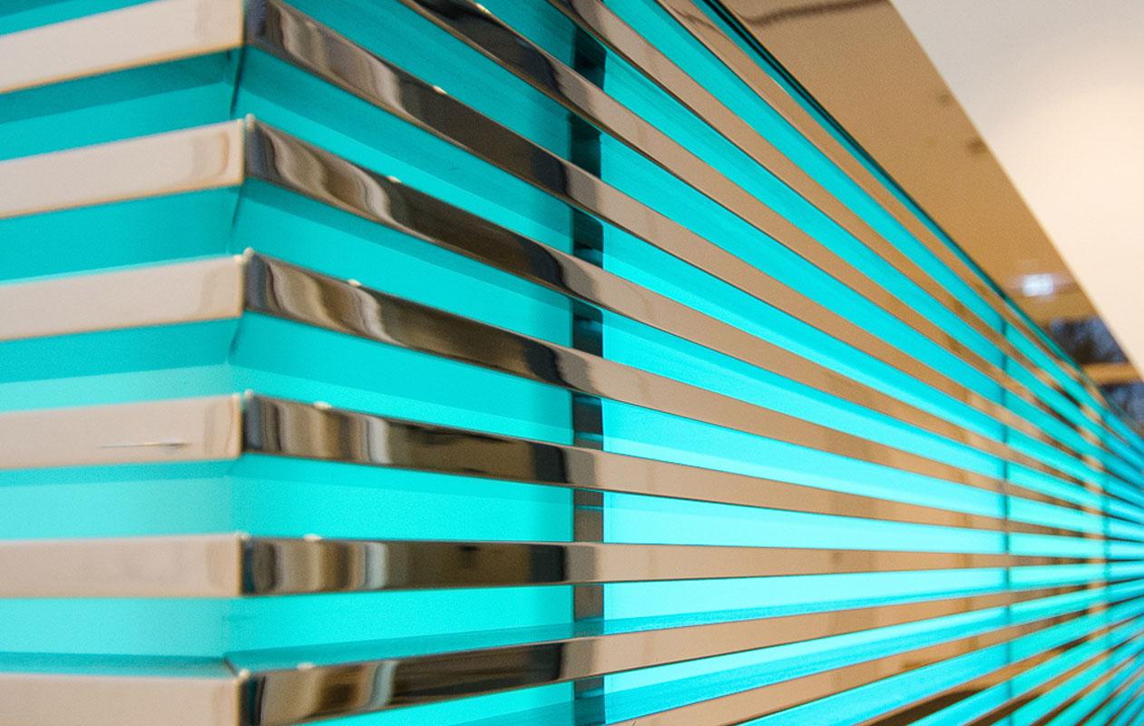 Lightpanels mit farbigem Licht leuchten unter einem Gitter von feinen, verchromten Metallstreben. Foto: axis, Thomas Kehrberger