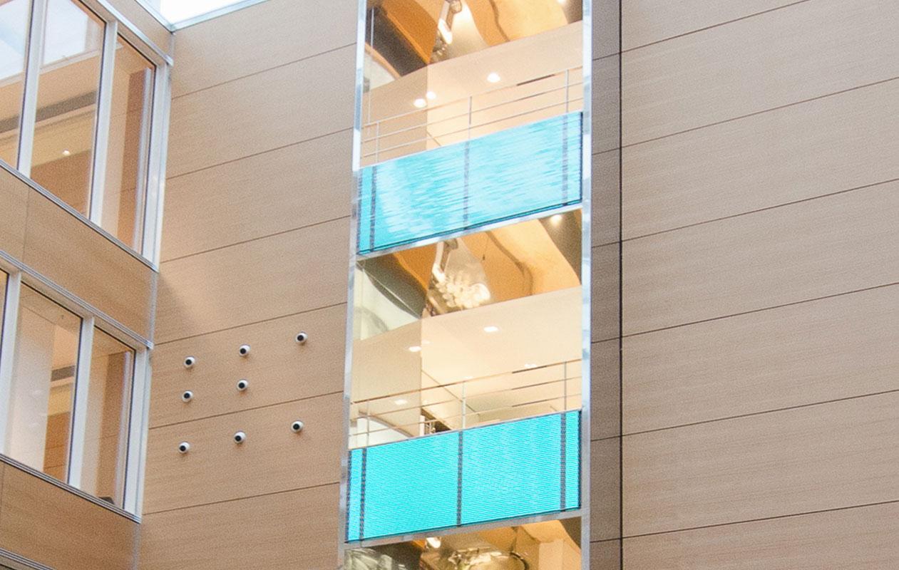 Flächenlichter aus Lightpanel original RGB schmücken die Stockwerke im anschließenden, mehrere Stockwerke umfassenden Lichthof. Foto: axis, Thomas Kehrberger