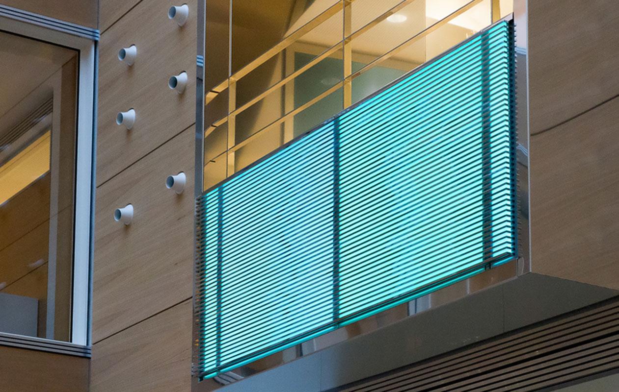 Lightpanel original RGB in Kombination mit Metallstreben an den Balkonbrüstungen der drei Obergeschosse. Foto: Foto: axis, Thomas Kehrberger