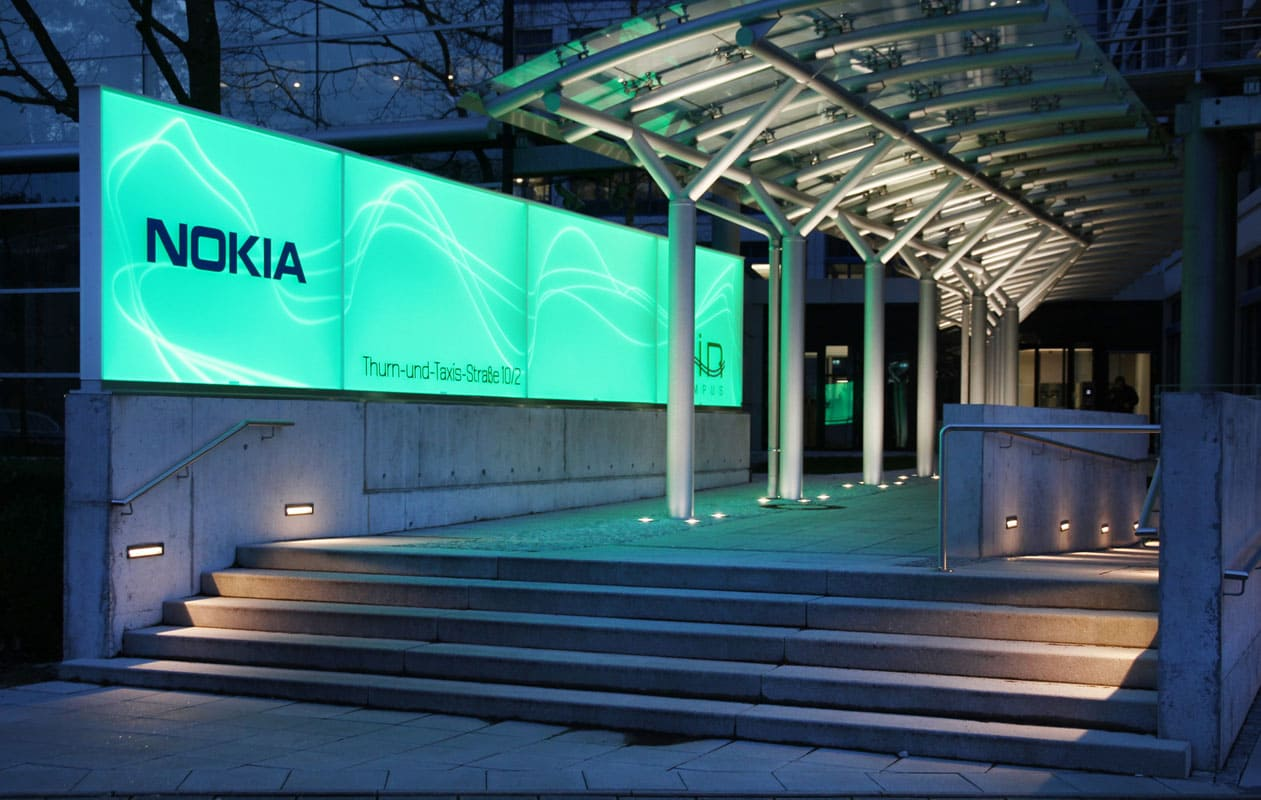 Licht-Leitsystem aus LED-Leuchttafeln und Lichtwänden im Außenbereich des Air Campus in Nürnberg, gefertigt von axis.