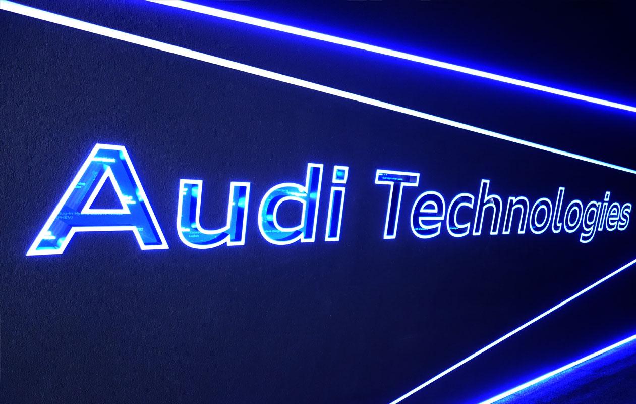 LED-Lichtwand mit lasergravierten, beleuchteten Buchstaben aus Acrylglas mit sich verändernden Lichtfarben der Marke Designpanel Lightgrahic.