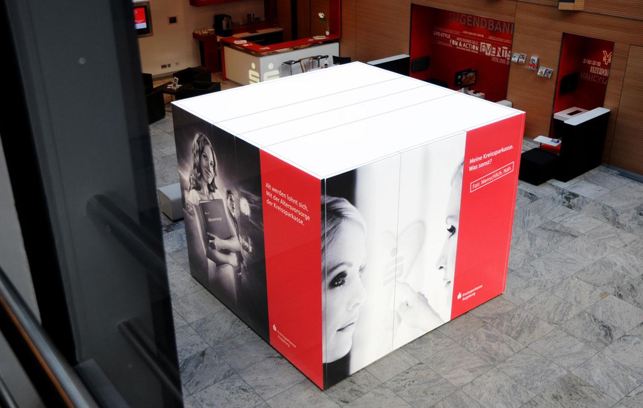 Leuchtwürfel als Info-Kubus aus Designpanel Lightpanel cover plus Druck.