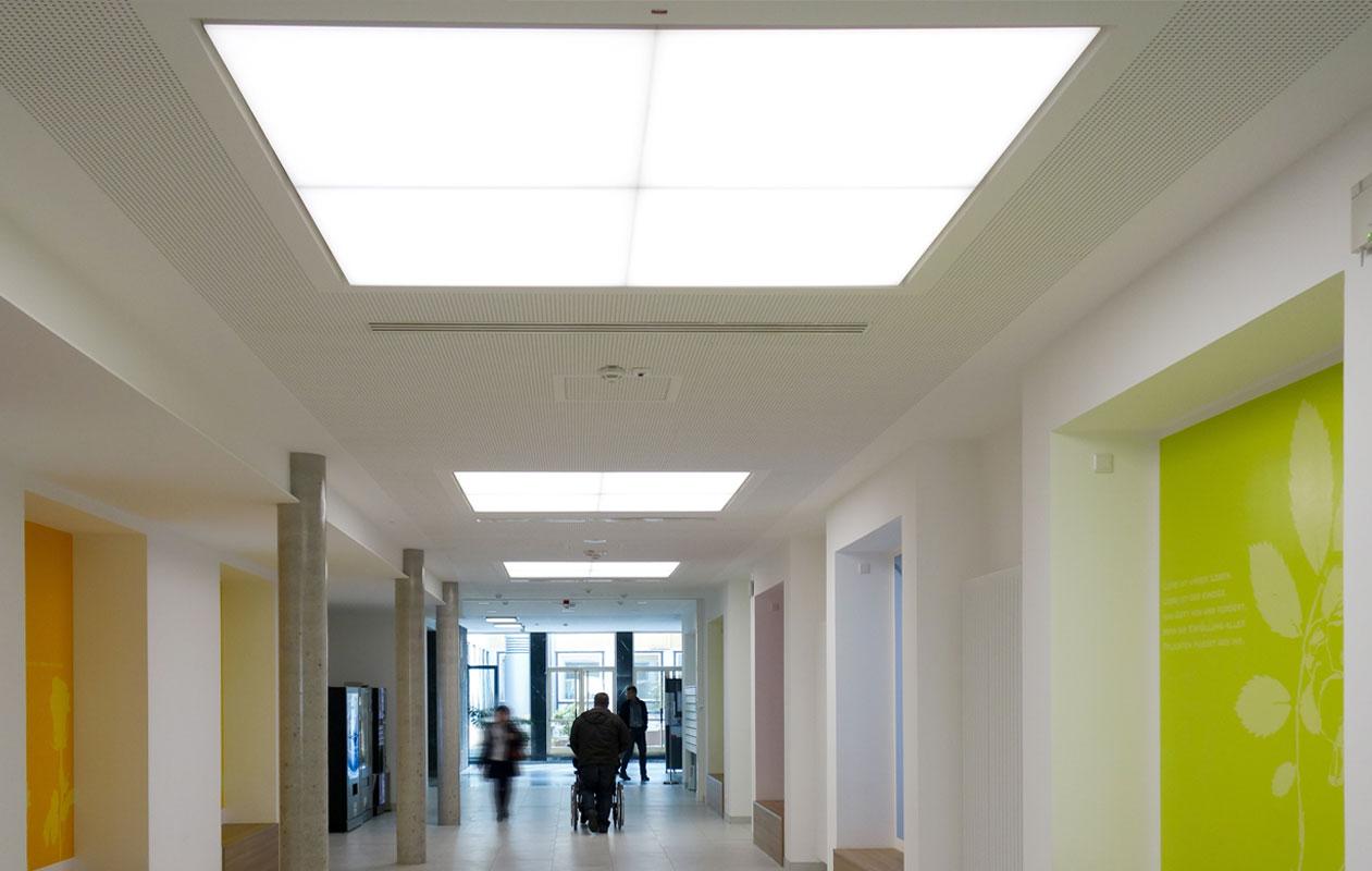 Die einen Meter zum Quadrat messenden Lightpanel cover wurden in Vierer- und Sechserkombinationen bündig in die Multifunktions-Akustikdecke eingefügt. Foto: axis