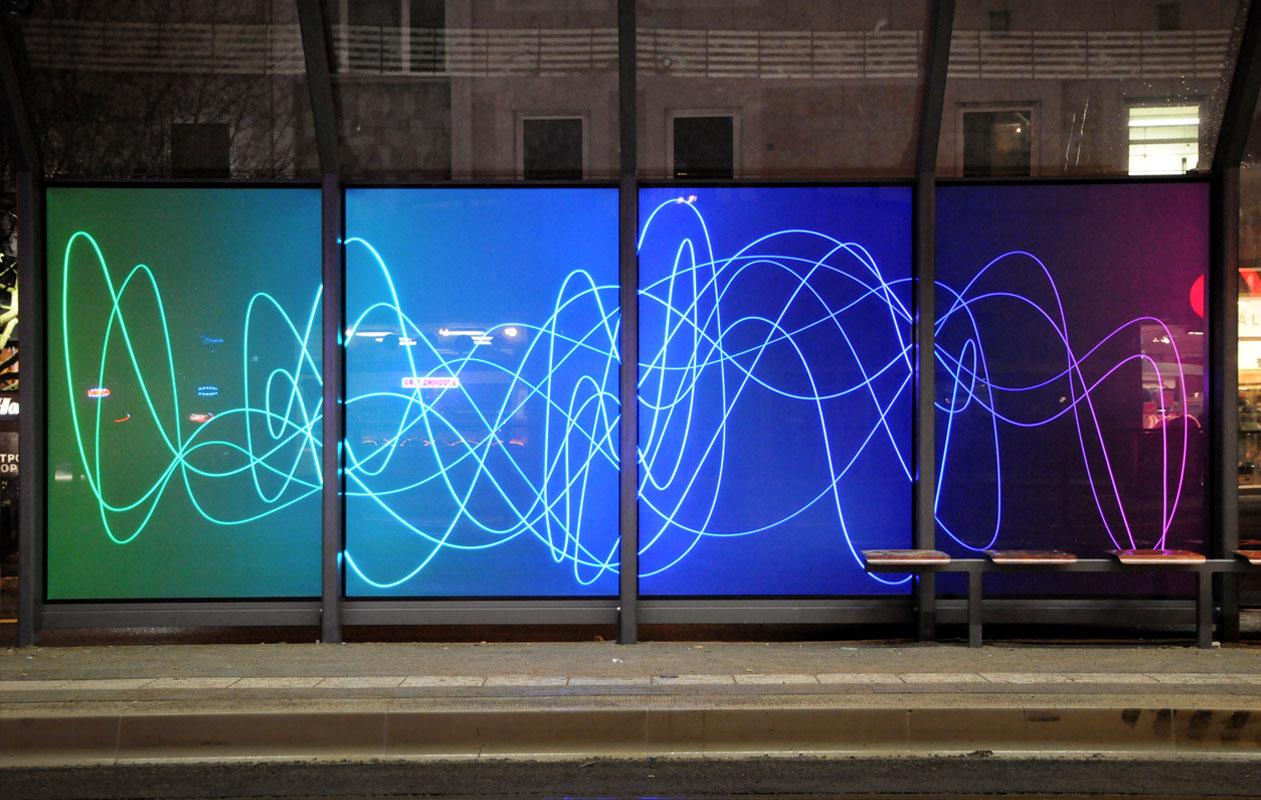 Lichtinstallation der Künstlerin Rita Kriege, von axis gefertigt, aus Lightpanel iso mit wechselnden Farbabfolgen und leuchtenden Gravurlinien.
