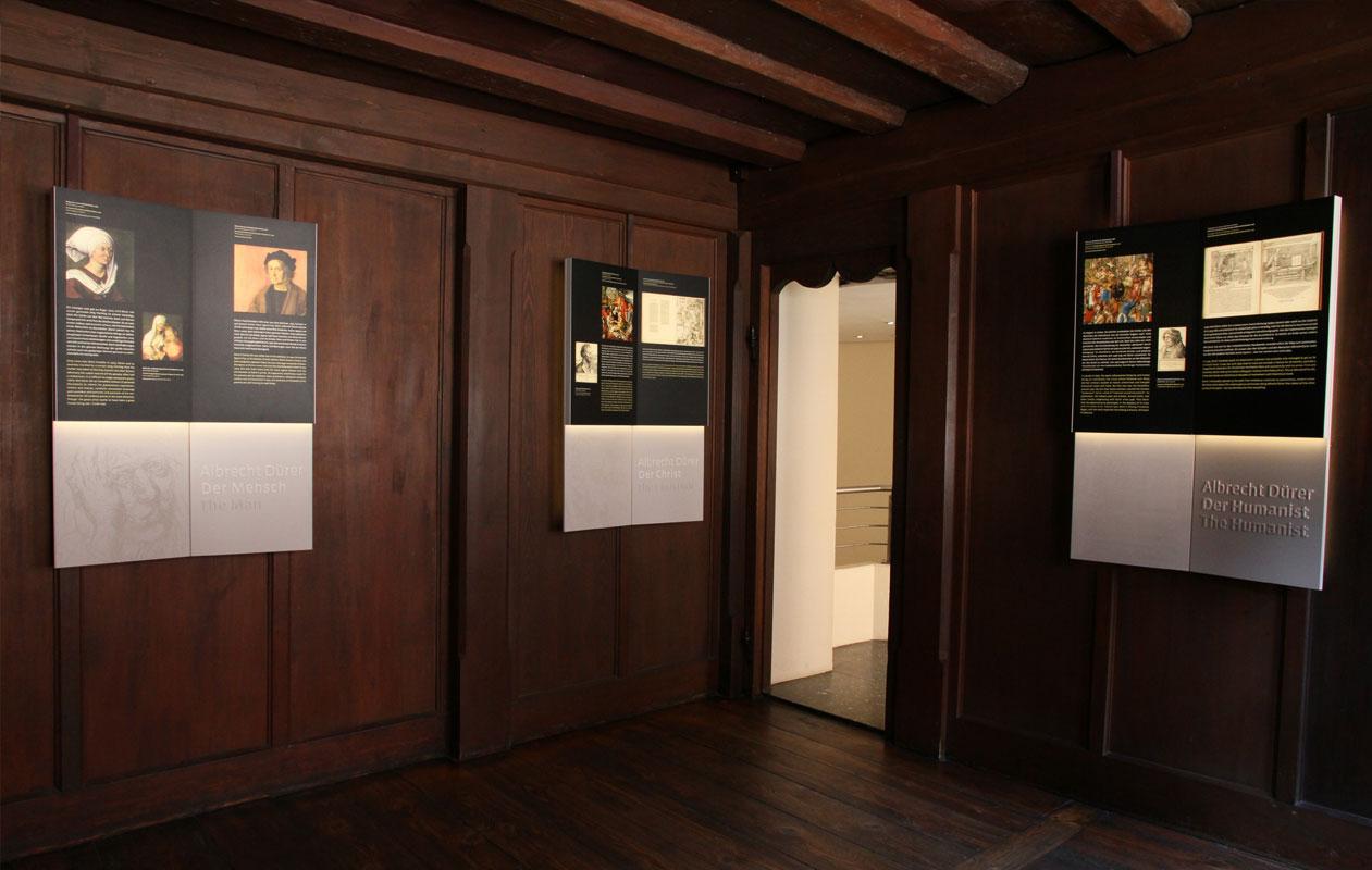 Alternativtext: Schautafeln für Museen mit hochwertigster LED-Lichttechnik, hergestellt von axis in Nürnberg.