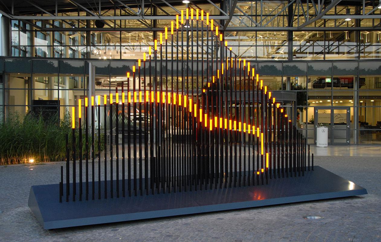 Die Lichtskulptur aus Kohlefaserstäben mit Leuchtelementen aus massivem Acrylglas beeindruckt bei Tag wie bei Nacht. Foto: axis, Thomas Kehrberger