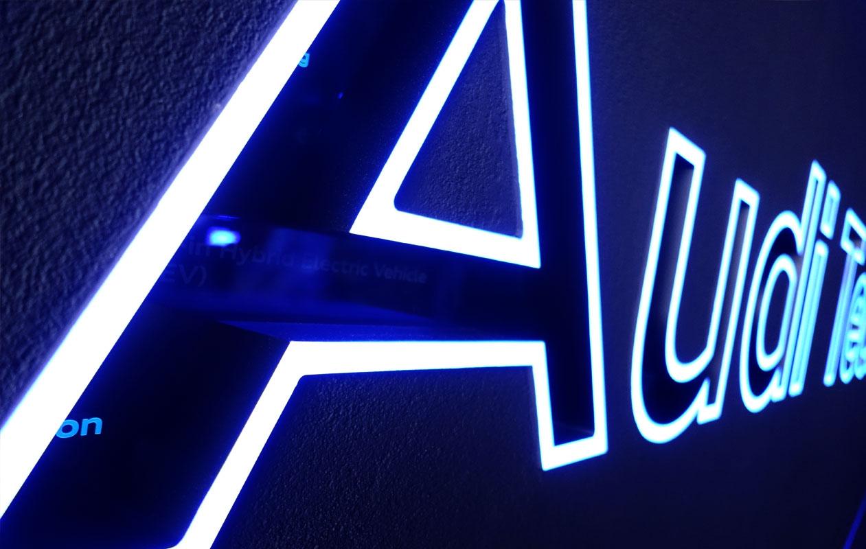LED-Lichtobjekt mit lasergravierten, beleuchteten Buchstaben aus Acrylglas mit sich verändernden Lichtfarben der Marke Designpanel Lightgrahic.
