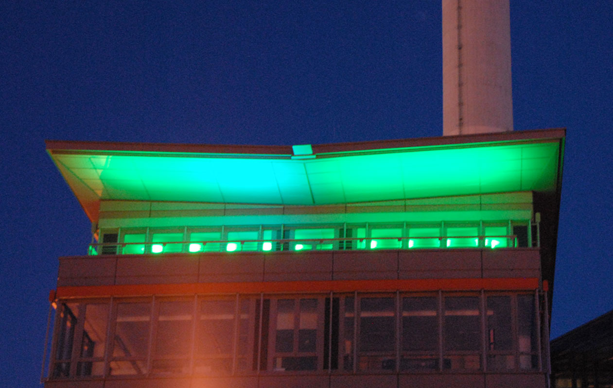 Fassadenbeleuchtung im öffentlichen Bau mit LED-Lichttechnik in RGB, hergestellt von axis Lichttechnik in Nürnberg.
