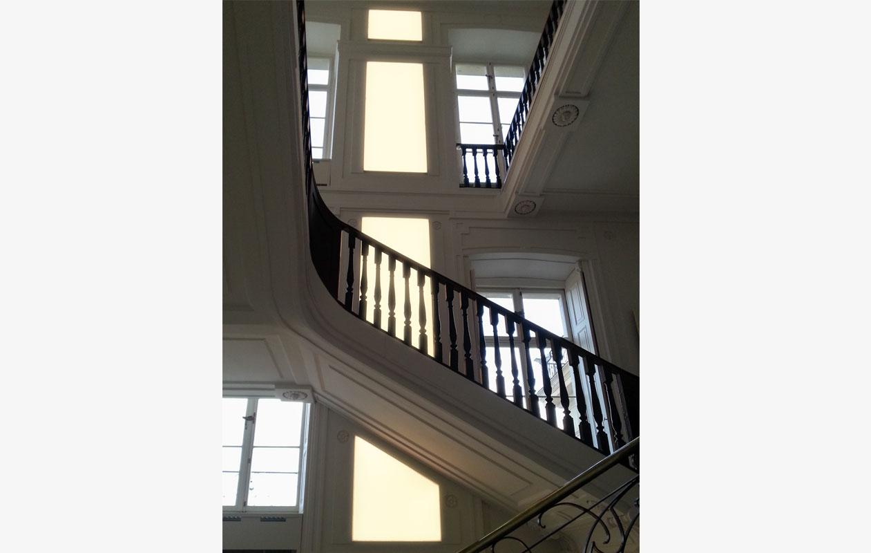 axis lichttechnik im Barockschloss Ludwigslust – Lightpanel frameless der Marke Designpanel, ausgestattet mit LEDs in Warmweiß. Unterschiedliche Freiformen wurden dem Verlauf einer historischen Wandvertäfelung angepasst.