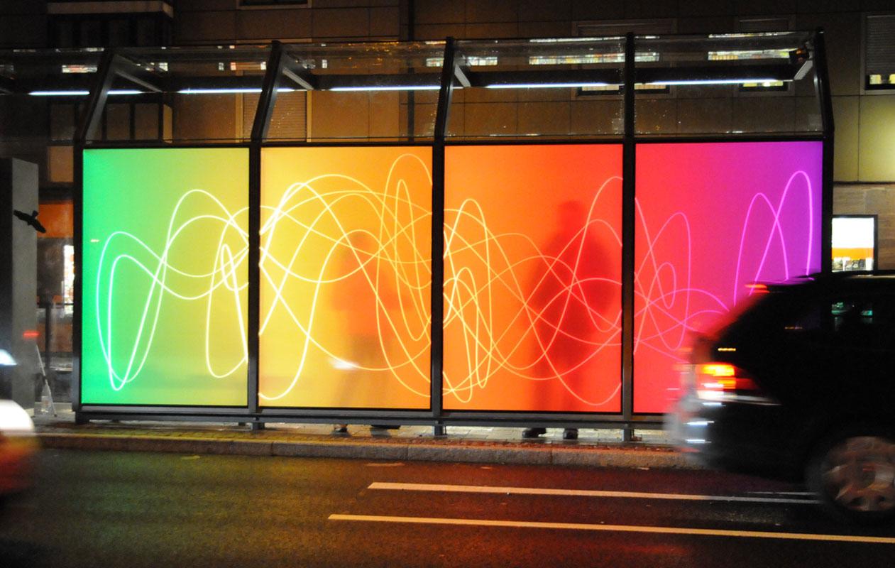 Lichtflaechen im öffentlichen Raum aus Lightpanel iso demonstrieren eindrucksvoll, wie Isolierglas die LED-Technik zuverlässig vor Feuchtigkeit und Staub schützt.