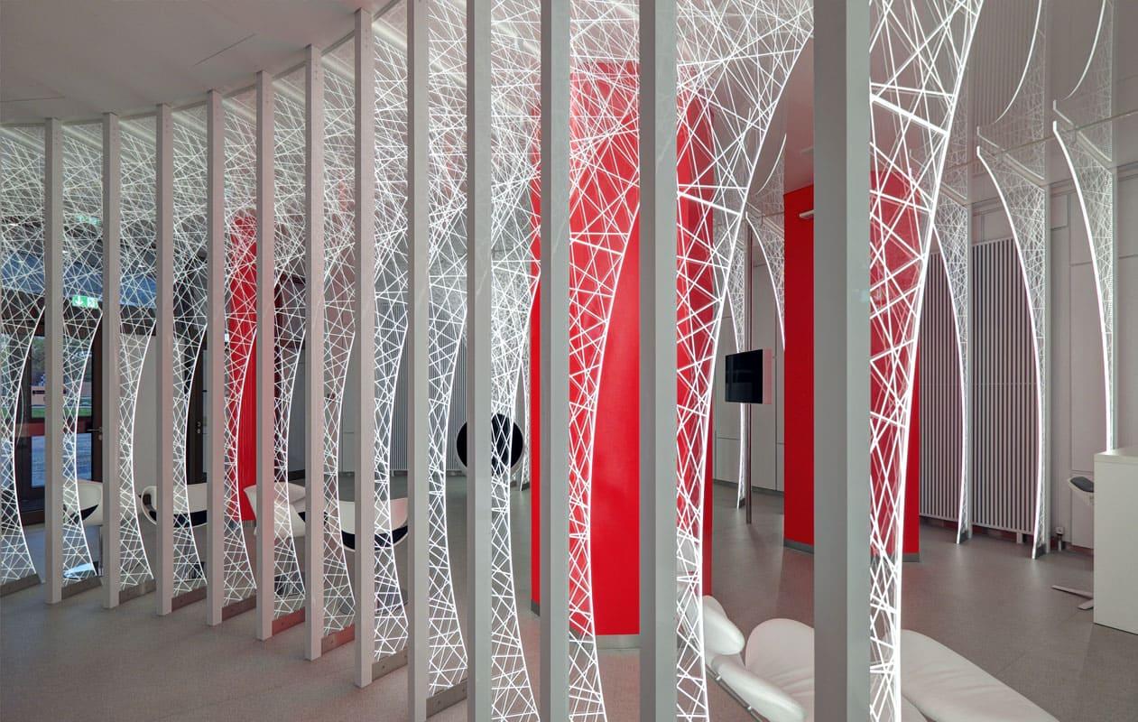 Lichtinstallation aus 21 fast vier Meter hohen Lightgraphic-Bögen im Eingangsbereich einer Forschungsabteilung. Foto: Johannes Noack
