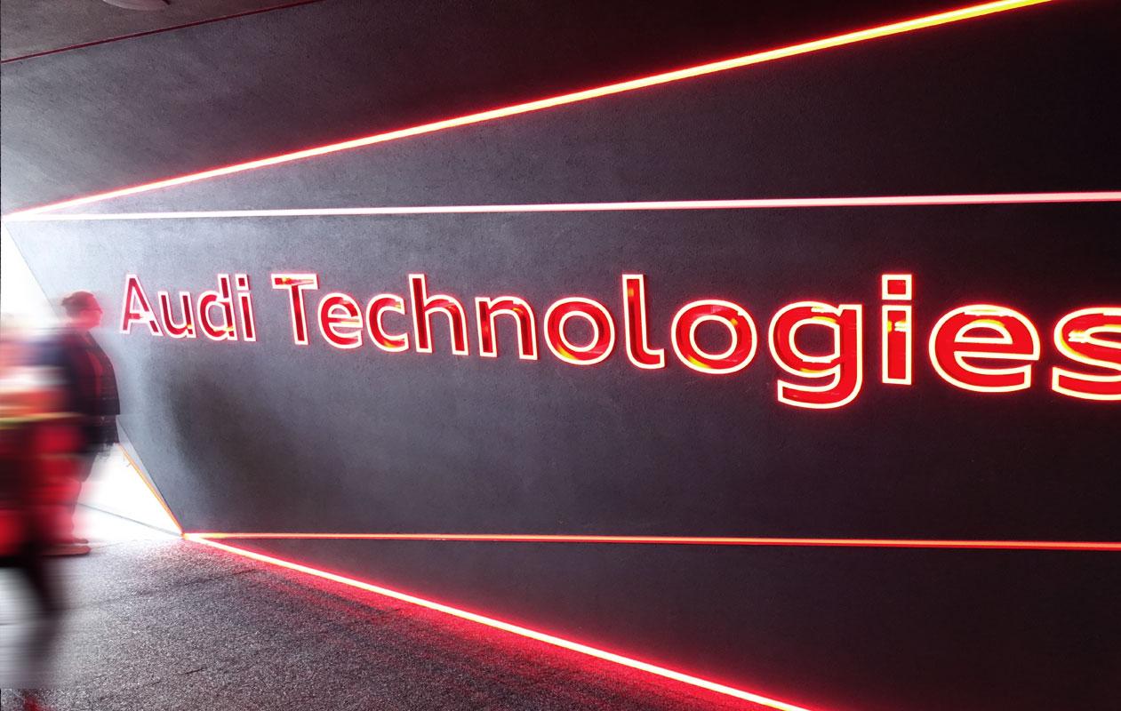 LED-Lichtwand mit lasergravierten, beleuchteten Buchstaben aus Acrylglas mit sich verändernder Lichtfarbe der Marke Designpanel Lightgrahic.