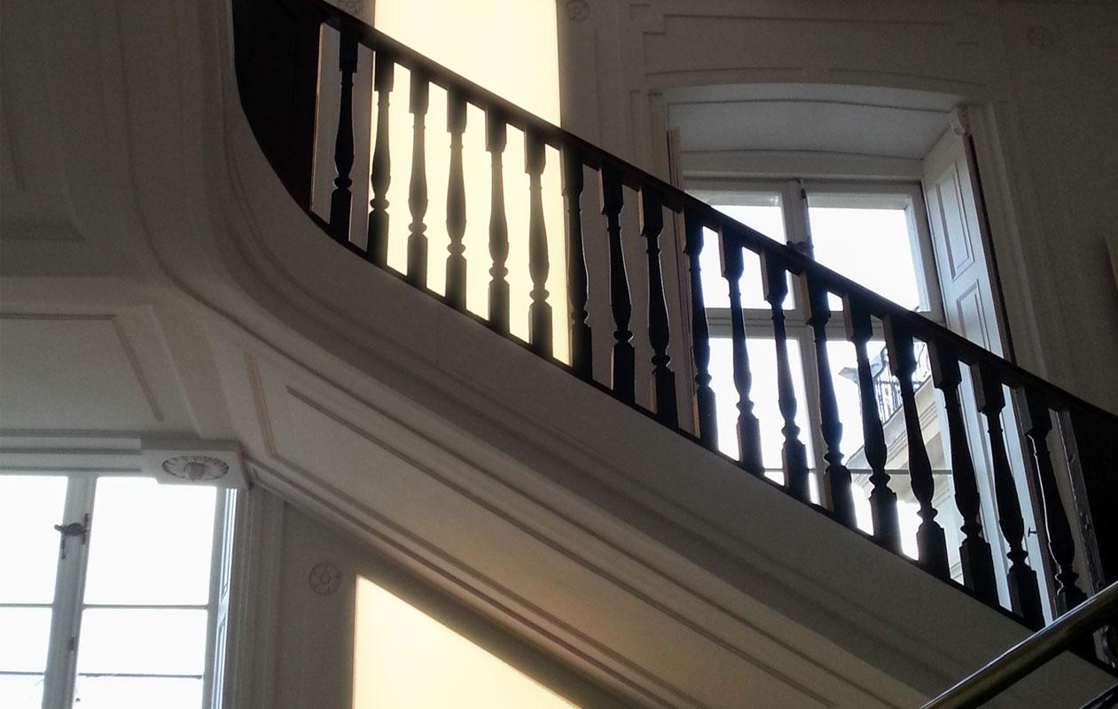 axis lichttechnik im Barockschloss Ludwigslust – Lightpanel frameless, ausgestattet mit LEDs in Warmweiß. Unterschiedliche Freiformen wurden dem Verlauf einer historischen Wandvertäfelung angepasst.