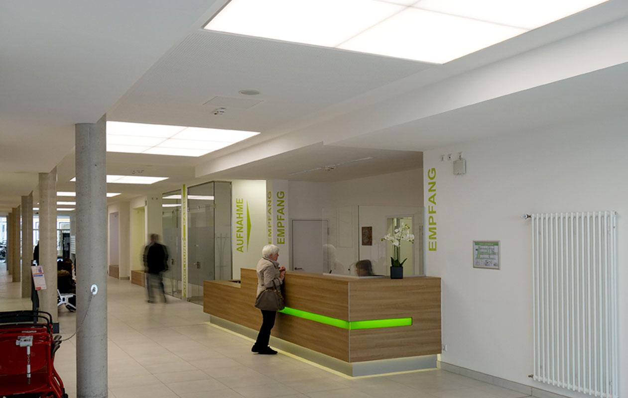Lichtdecken mit dynamischem Tageslichtverlauf im Eingangsbereich der Nardini-Klinik in Zweibrücken. Foto: axis