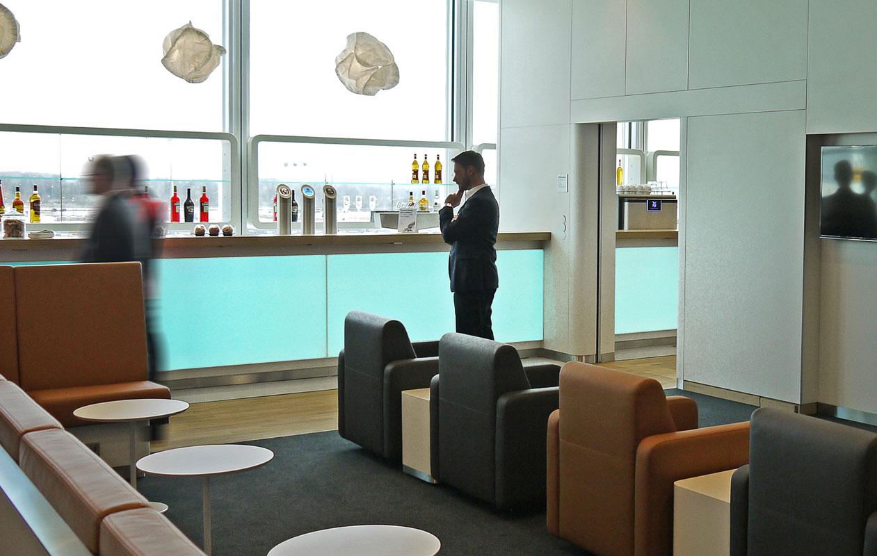 Thekenfronten der Skybar in der Lufthansa Business Lounge besteht aus drei Designpanel Lightpanel frameless rgb gefertigt von axis in Nürnberg
