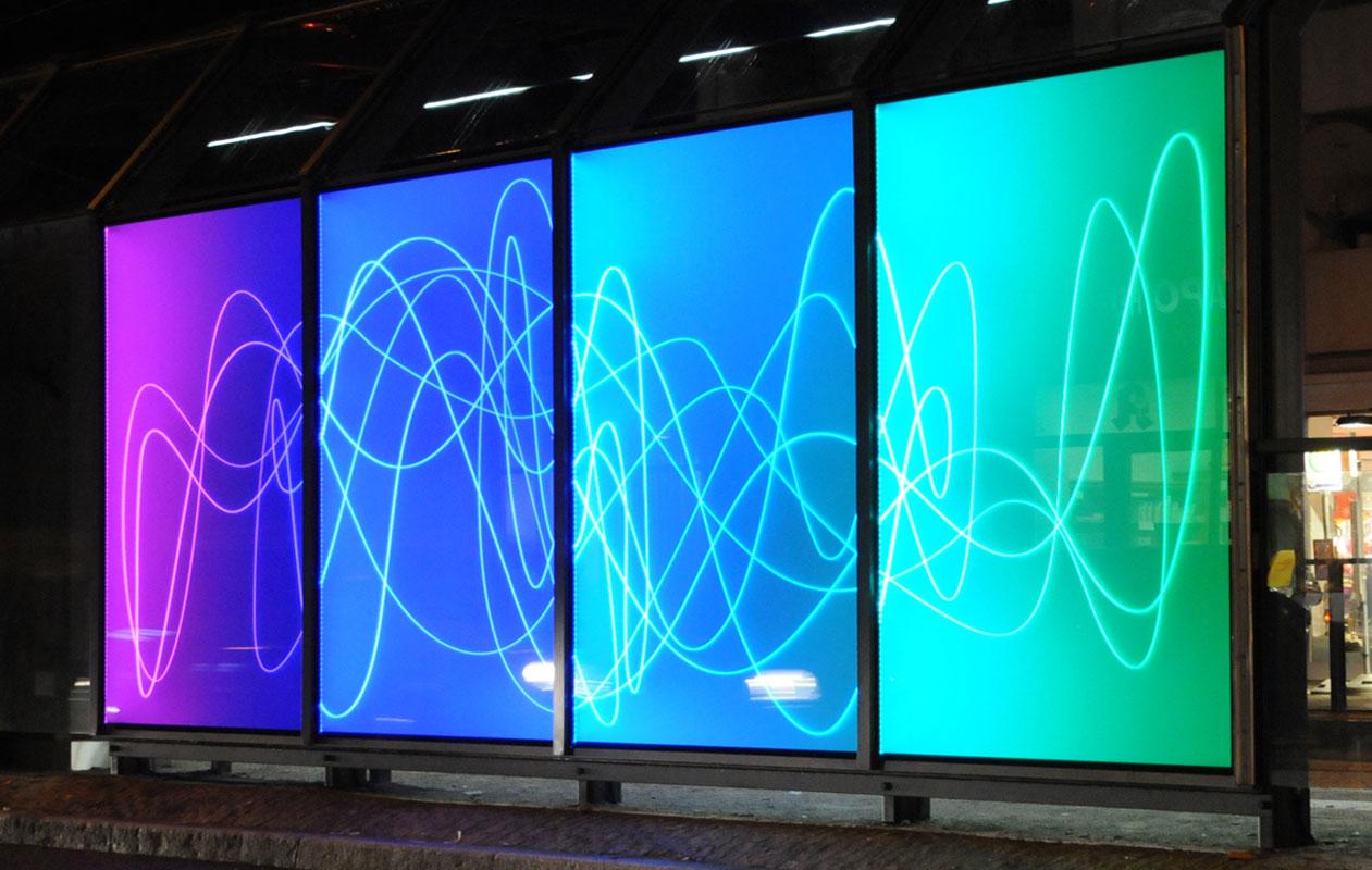 Lichtobjekt der Künstlerin Rita Kriege gefertigt aus Lightpanel iso mit wechselnden Farbabfolgen und leuchtenden Gravurlinien.