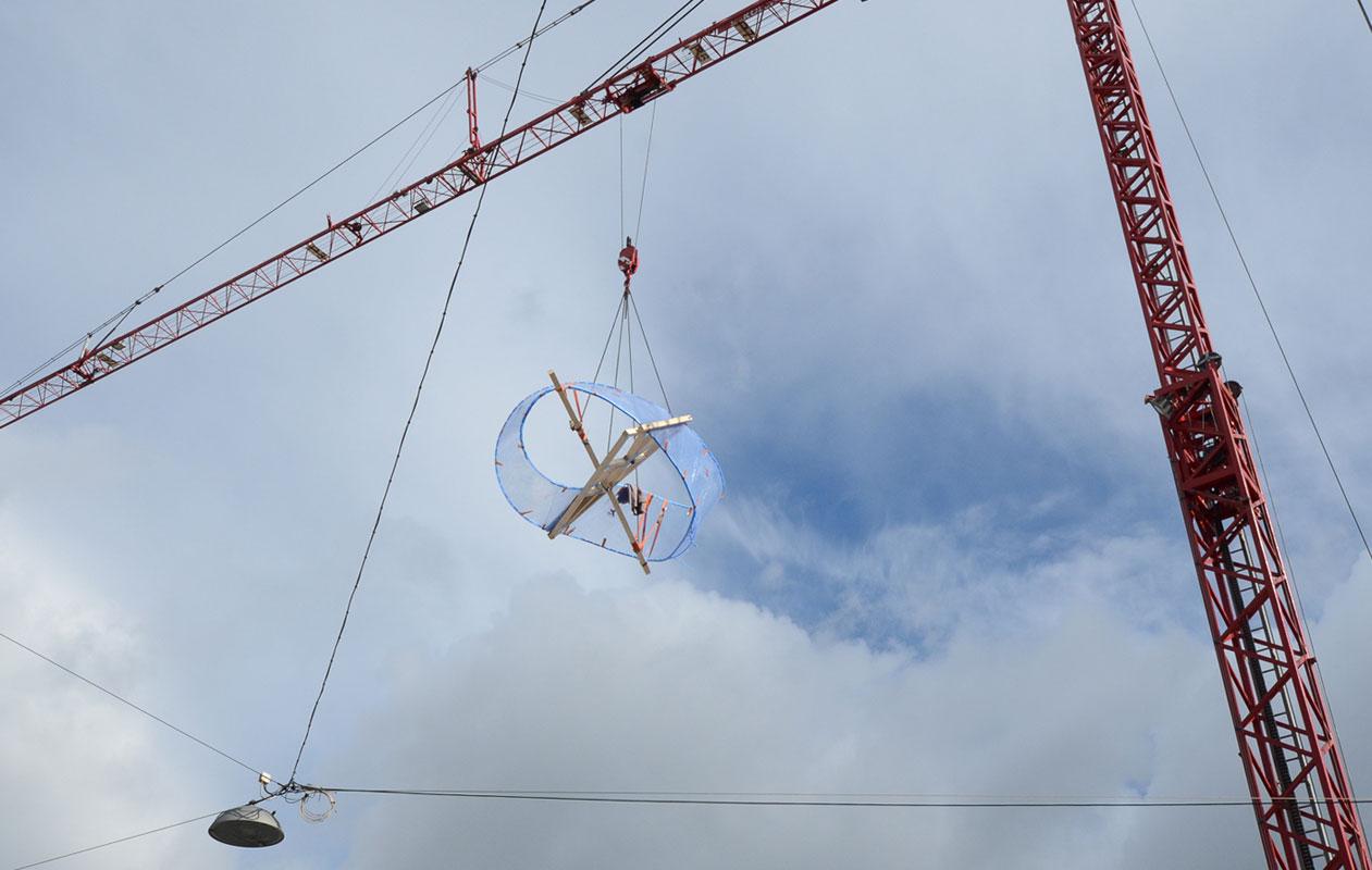 Eine Skulptur aus Plexiglas®, gefertigt von axis in Nürnberg, wurde in Teilabschnitten thermisch 3-D-geformt und verklebt und dann im Ganzen transportiert und vor Ort montiert.