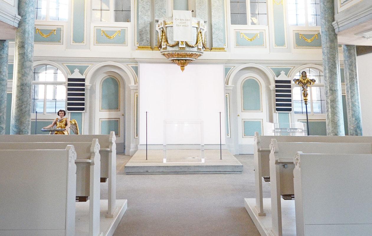 LED-Lichtstelen aus Designpanel Lightpanel rgb hinterleuchten einen Altar aus transparentem Plexiglas, gefertigt von axis in Nürnberg.