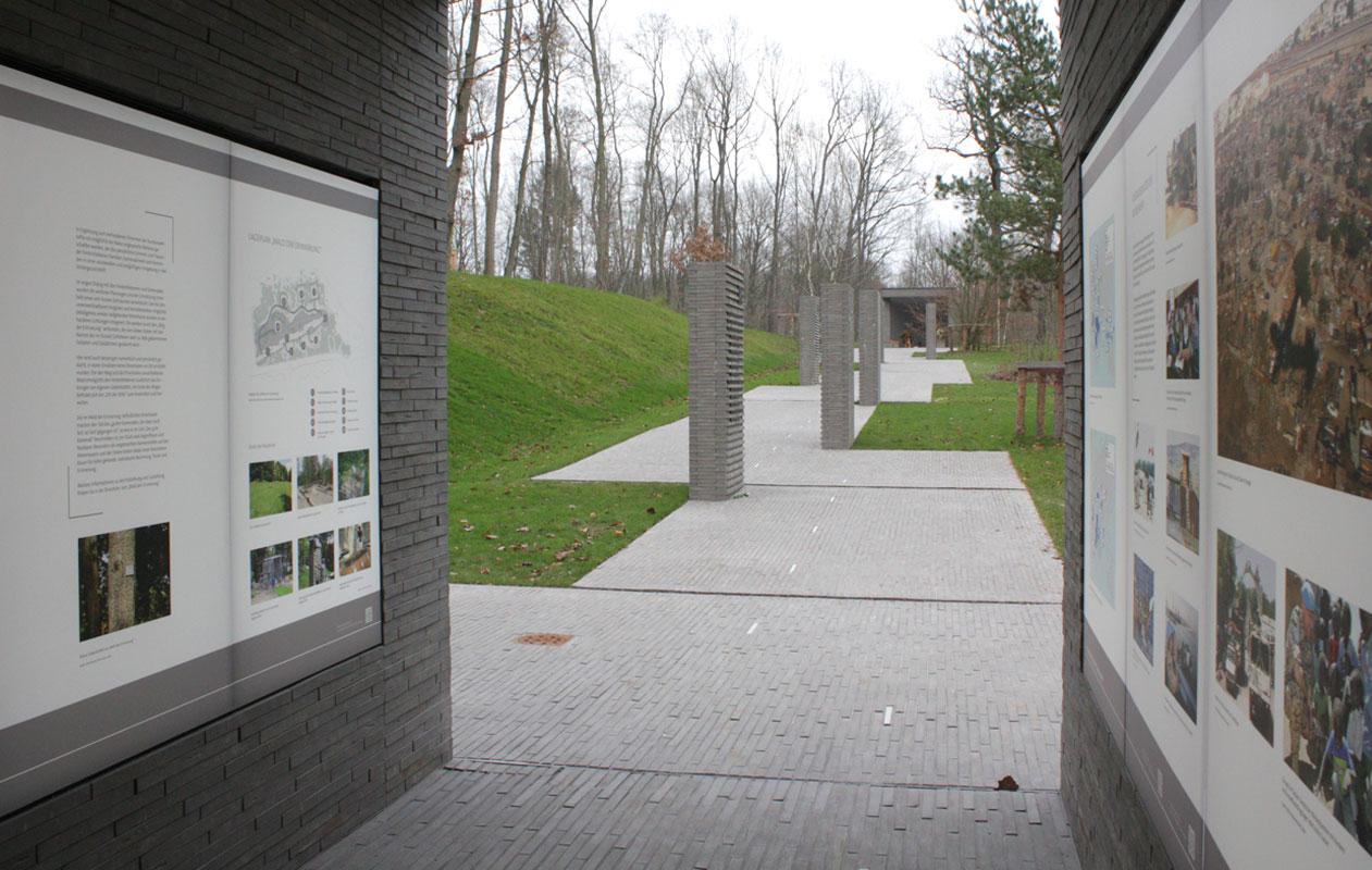 Auf beiden Seiten säumen beleuchtete Informationstafeln den Weg. Foto: Rüthnick Architekten