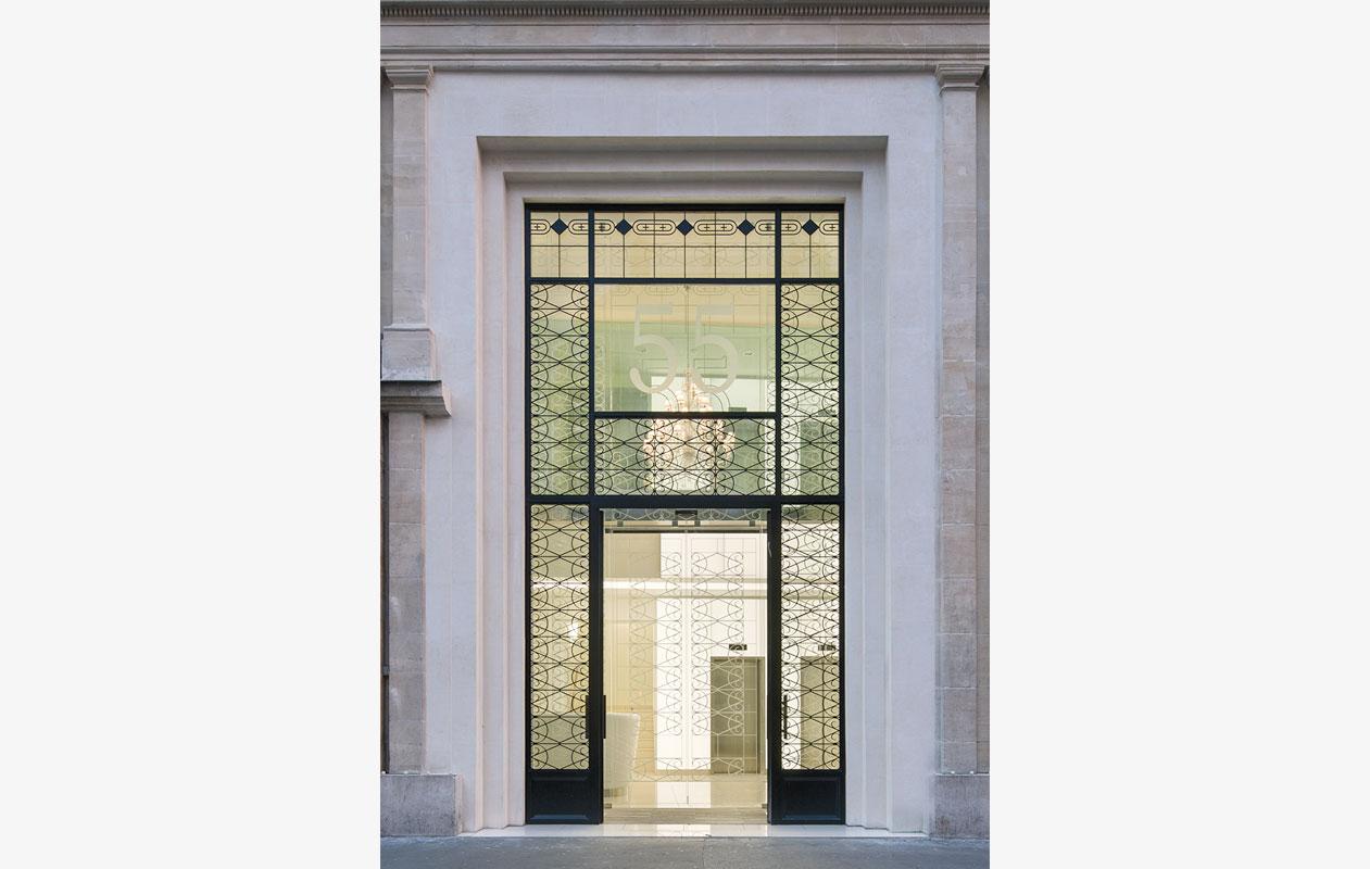Lichtportal und Lichtwand an den Aufzügen im Foyer aus Lightpanel cover der Marke Designpanel, ausgerüstet mit LEDs in Tageslichtweiß