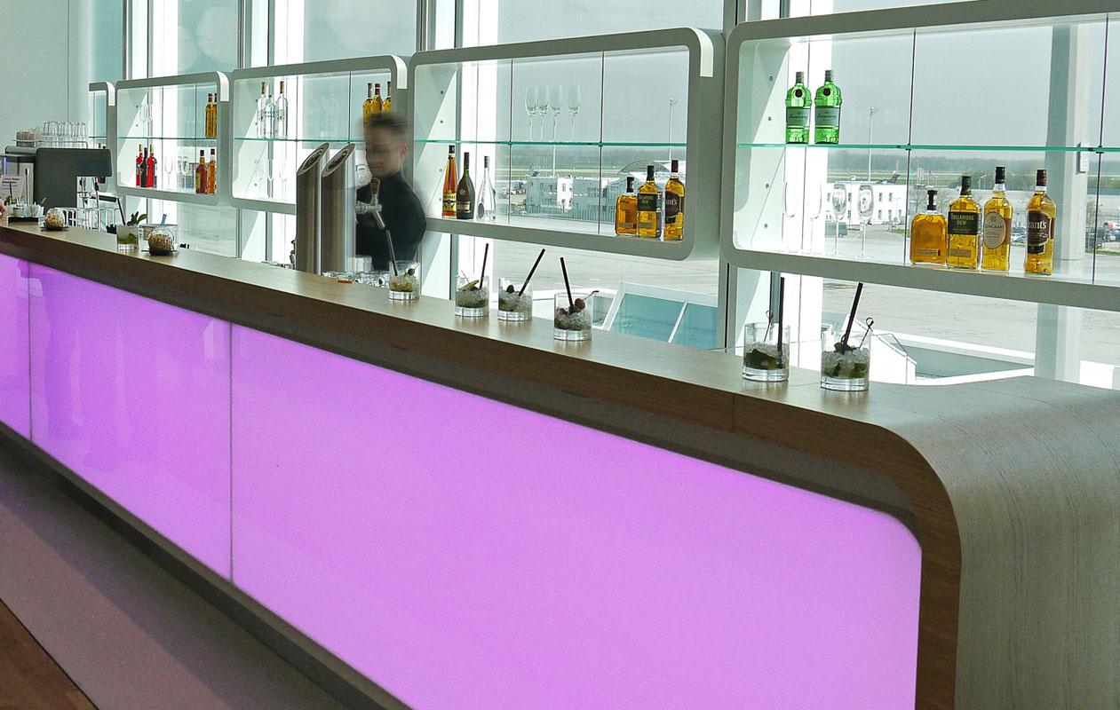 Thekenfronten aus Designpanel Lightpanel frameless rgb mit LEDs in Rot-Gruen-Blau (RGB) und Warmweiß gefertigt von axis in Nürnberg.