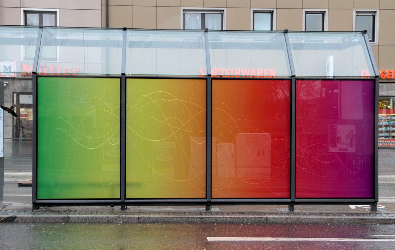 Beim Lichtobjekt der Künstlerin Rita Kriege, gefertigt von axis aus Lightpanel iso im Tageslicht, ist die Wirkung des Farbverlaufs dominant und die gefrästen Linien treten zurück