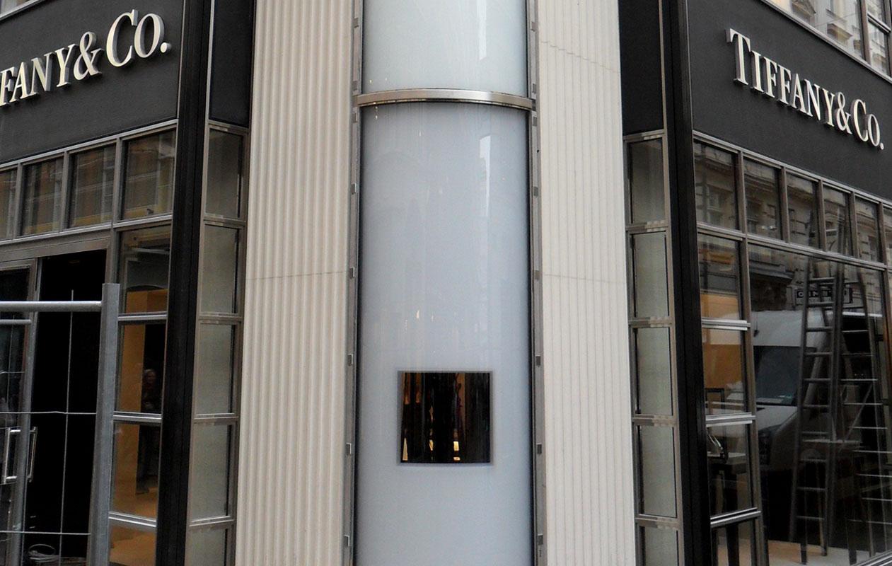 Gewölbte Designpanel Lichtstele aus drei Lightpanel individual RGB mit Ausschnitt und Panzerglasoberfläche im Tageslicht, gefertigt von axis in Nürnberg