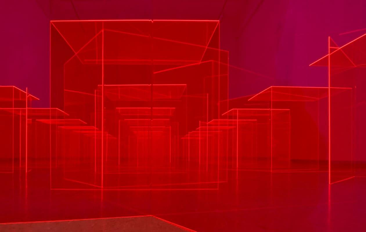 Die Installation ermöglicht dem Betrachter unendlich viele Kombinationen von fluoriszierenden Lichtkanten und labyrinthartigen Durchsichten. Foto: Markus Kronberger