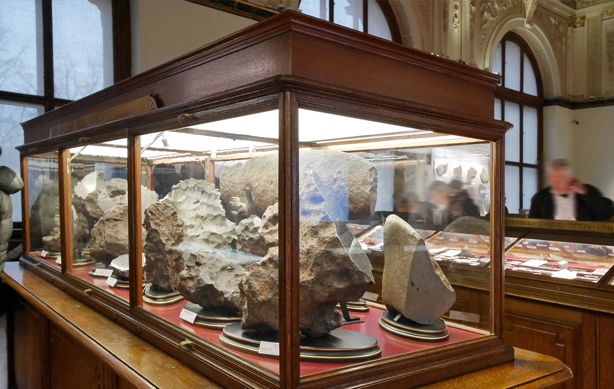 In den hohen Vitrinen im Meteoritensaal bestehen die Decken aus Lightpanel cover ... Foto: axis