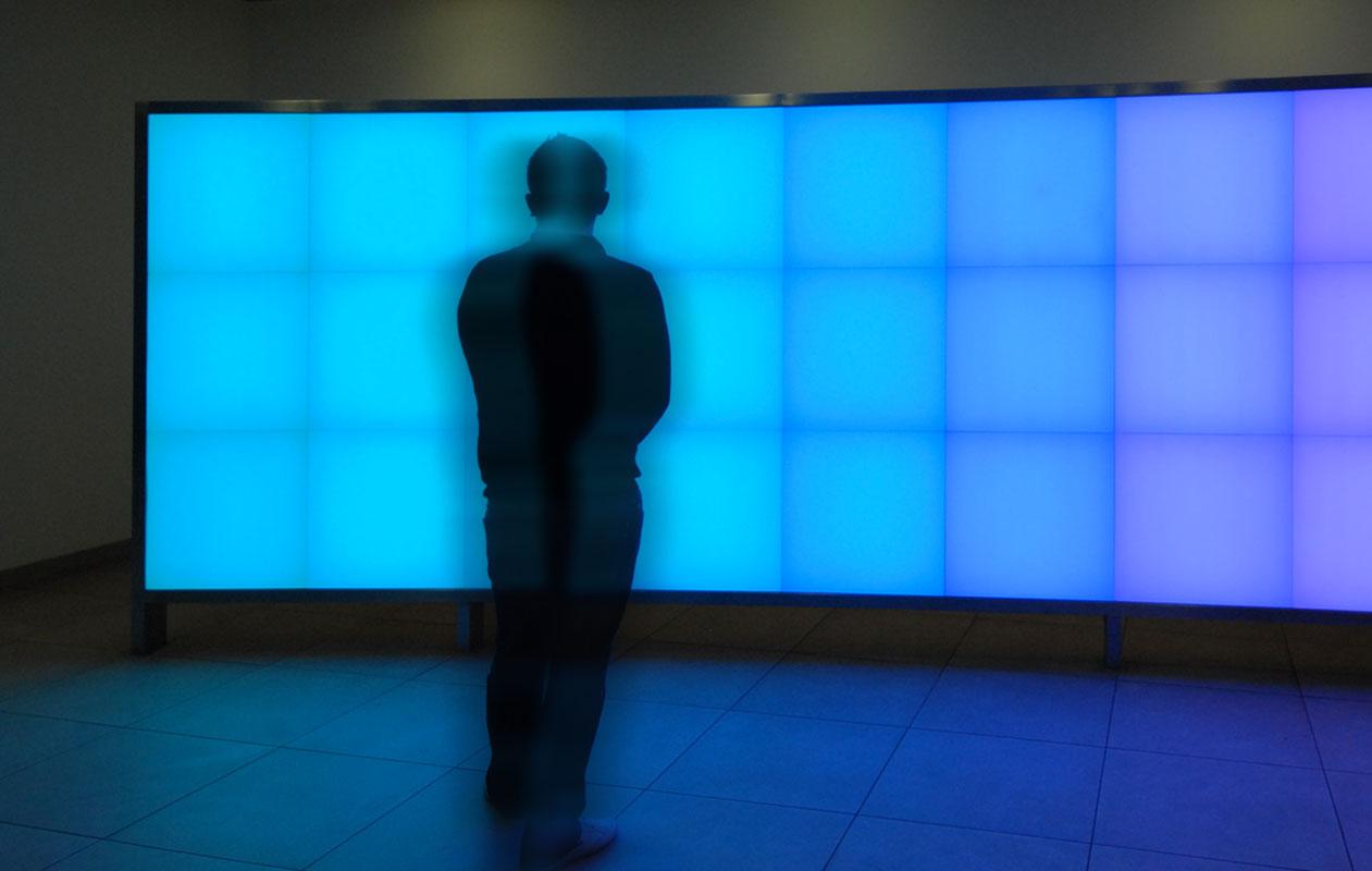 LED-RGB-Lichtobjekt mit 24 einzeln ansteuerbaren Lichtflaechen chen in geschwungener Edelstahlkonstruktion.