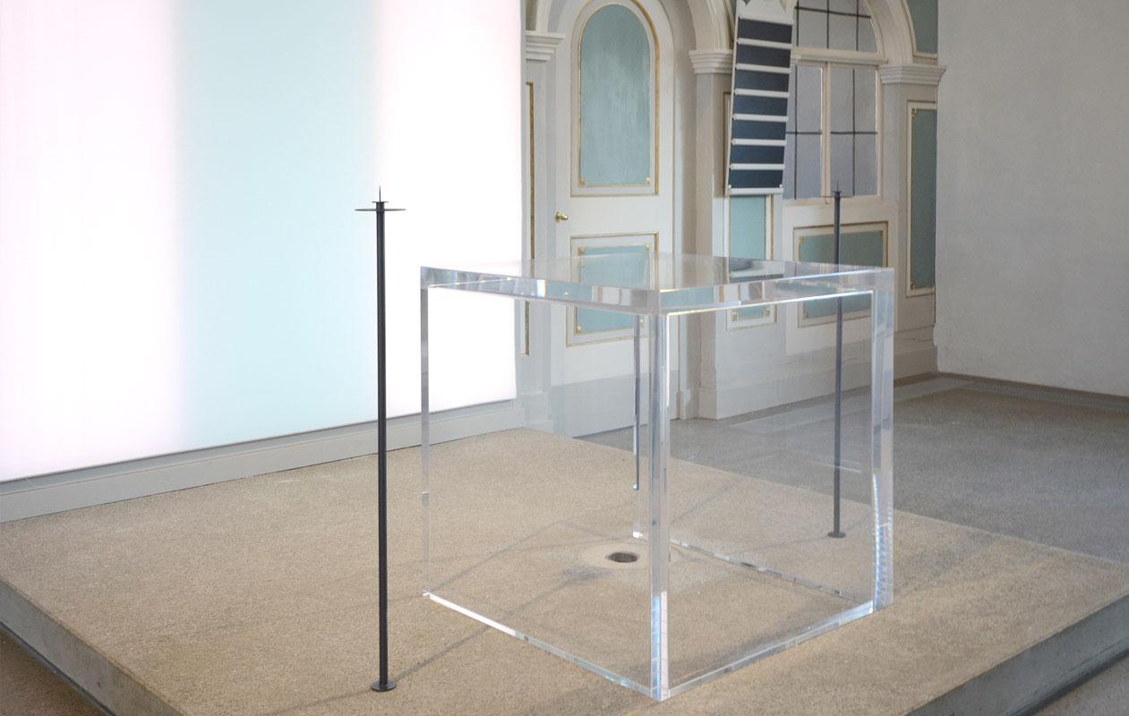 Altar aus transparentem Plexiglas in 60 mm Staerke gefertigt von axis in Nürnberg, hinterleuchtet mit led-lightpanels gefertigt von axis in Nürnberg.