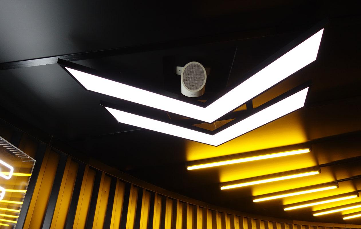 LED-Deckenbeleuchtung aus Lightpanel original in Form von Leuchtpfeilen als Spezialanfertigung