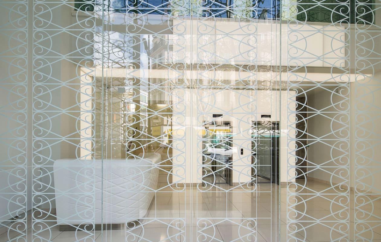 LED-Lichtportal und LED-Lichtwand an den Aufzügen im Foyer aus Lightpanel cover der Marke Designpanel, ausgerüstet mit LEDs in Tageslichtweiß.
