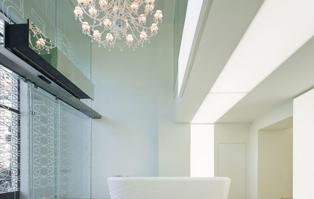 Lichtportal im Foyer aus Lightpanel cover der Marke Designpanel, ausgerüstet mit LEDs in Tageslichtweiß.