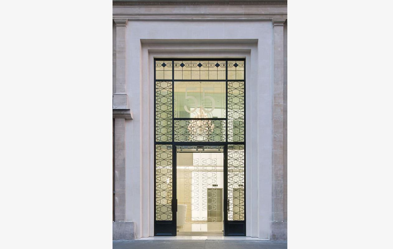 55 Boulevard Haussmann – Blick von außen ins Foyer. Foto: Luc Boegly