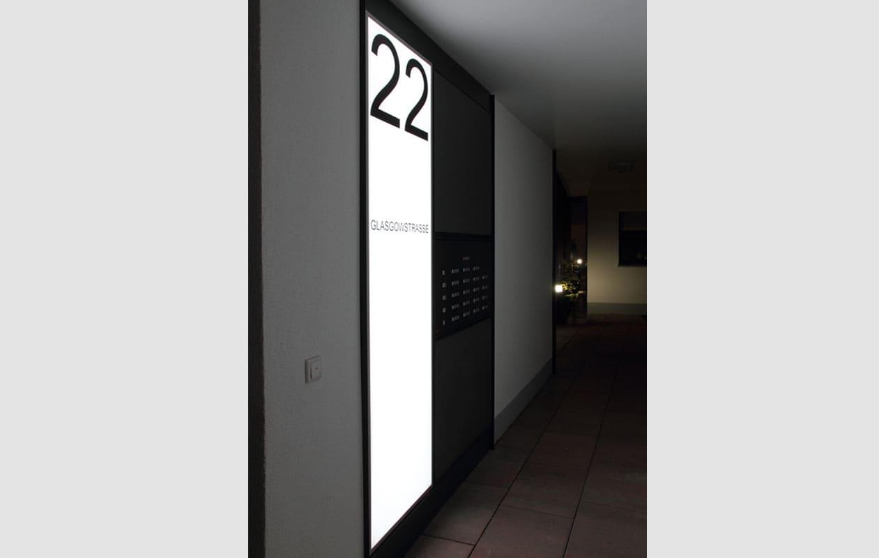 Große Lightpanels mit LEDs in Rot-Grün-Blau wurden an den Ecken dreier Gebäude und im Laubengang angebracht und können weiß oder im Farbwechsel leuchten. Glas als Oberfläche schützt vor möglichen Beschädigungen.