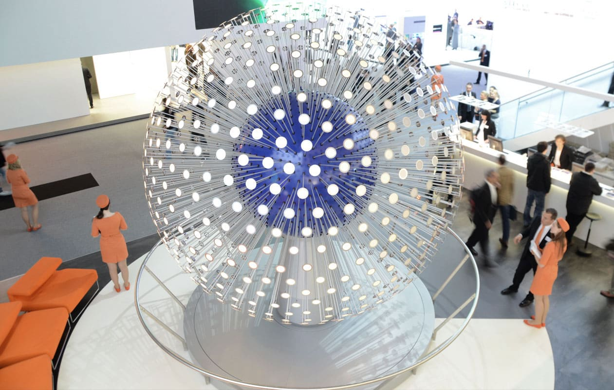 """""""Lichtkugel"""" mit 1000 einzeln-ansteuerbaren OLEDs auf dem OSRAM Messestand Light and Building 2012. Foto: axis"""