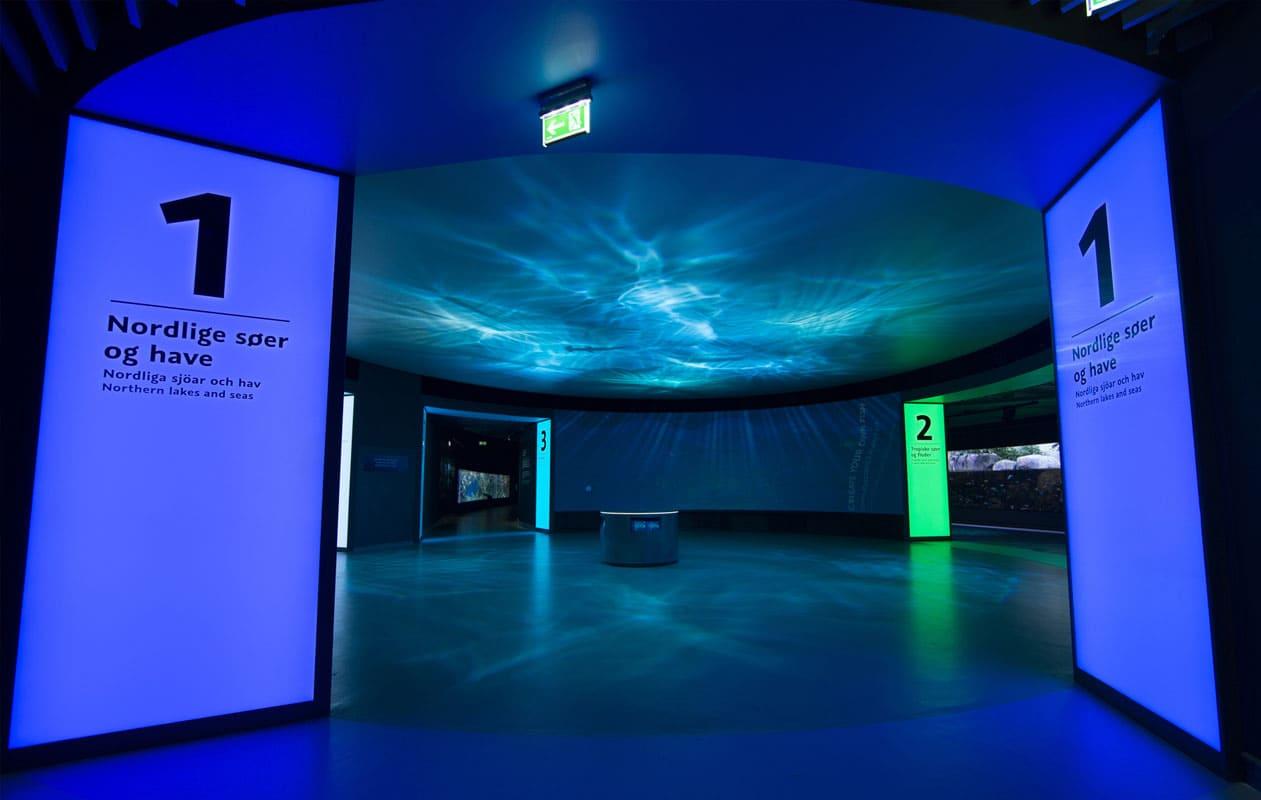 Lichtstelen als Flächenbeleuchtung bestehend aus drei Meter hohen Lightpanel original RGB der Marke Designpanel. Als Oberfläche der LED-Lightpanels wurde Sicherheitsglas mit Digitaldruck eingesetzt.