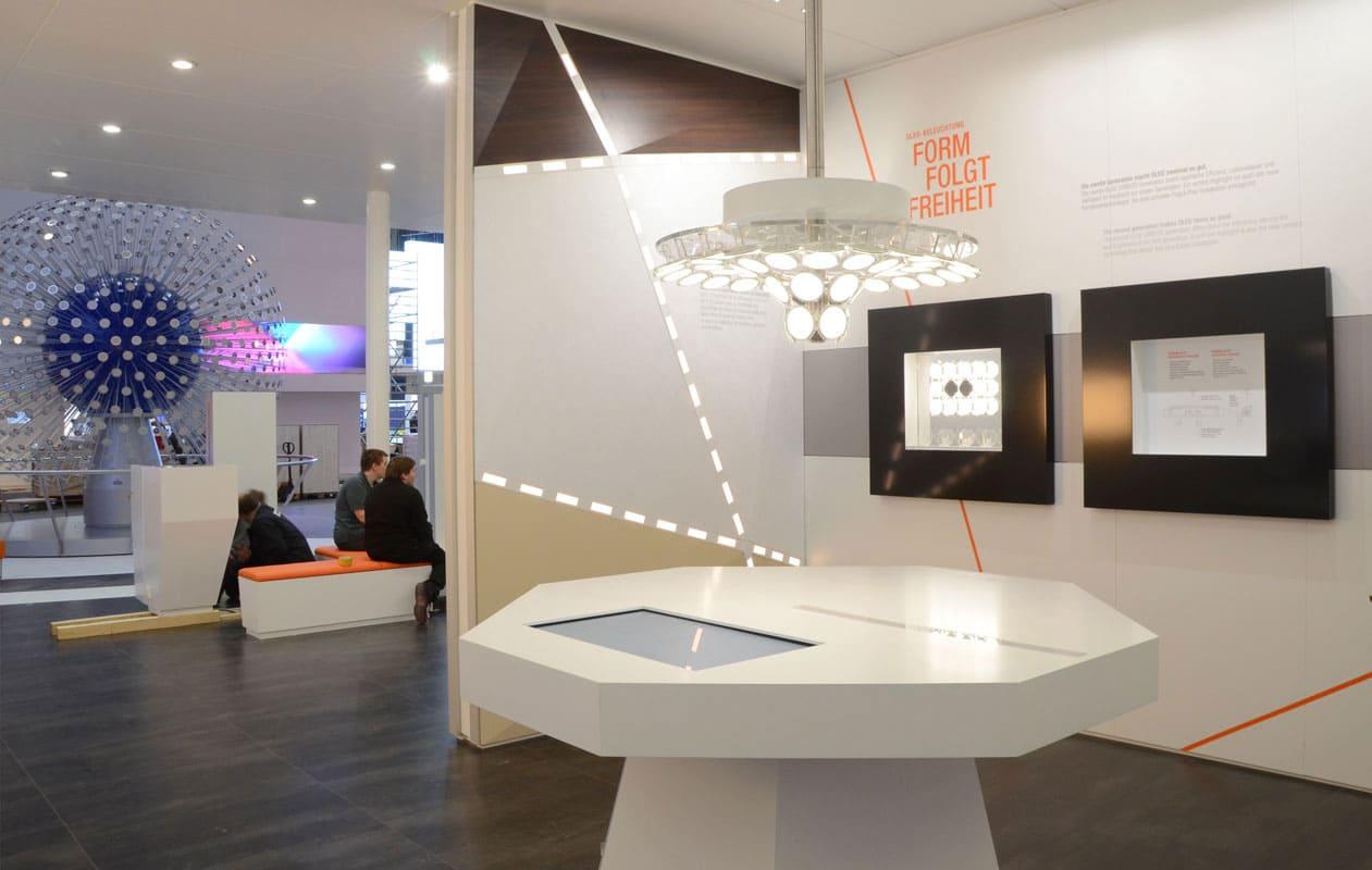 Unterschiedliche Exponate auf dem OSRAM Messestand Light and Building 2012. Foto: axis