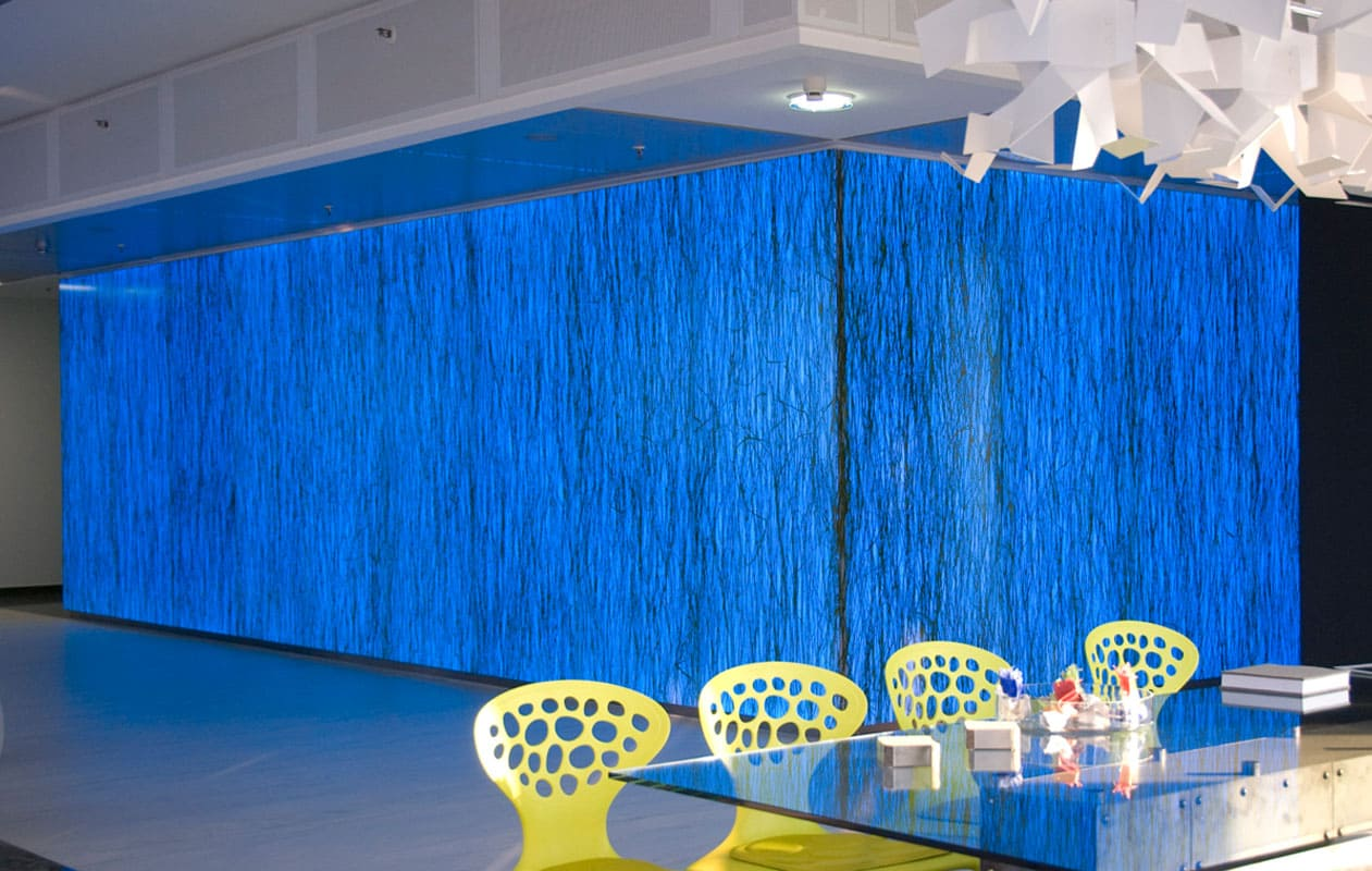 Dreidimensionales Lichtobjekt aus RGB-Lightpanelwänden in Kombination mit der Designpanel-Oberfläche Invision stem.