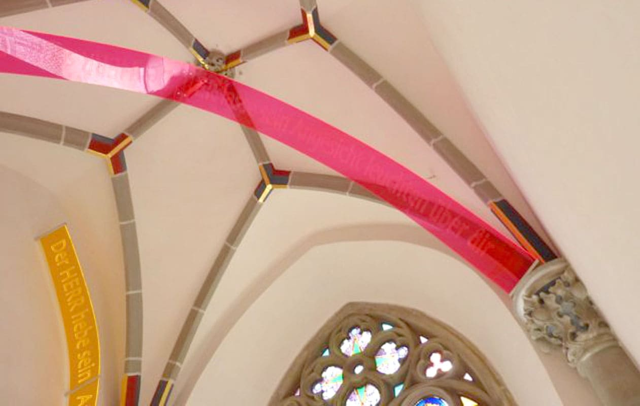 """Lasergravierte """"Schriftbögen"""" als Kunstinstallation in einer Kirche nach dem Entwurf von Sonja Weber"""