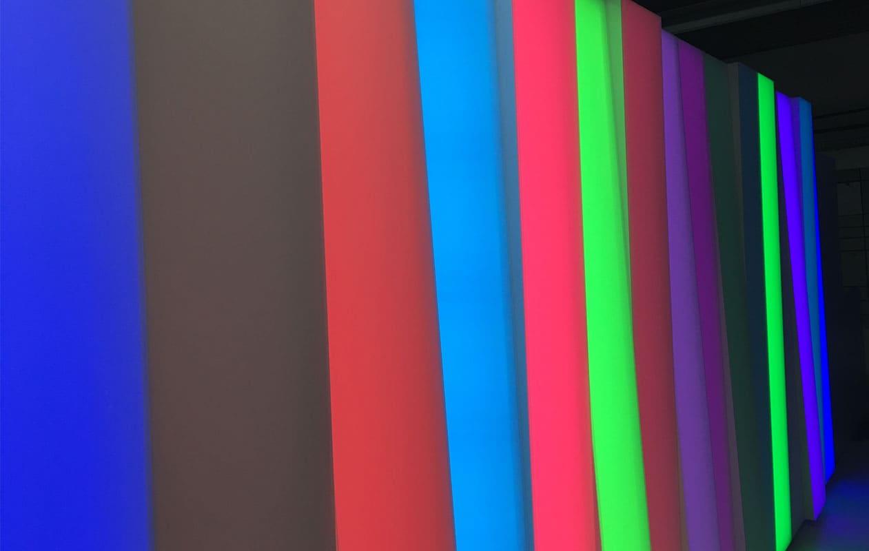 Lichtwand aus Lightpanel cover Elementen mit schräg aufgesetzten Hauben ausgestattet mit LEDs in RGB