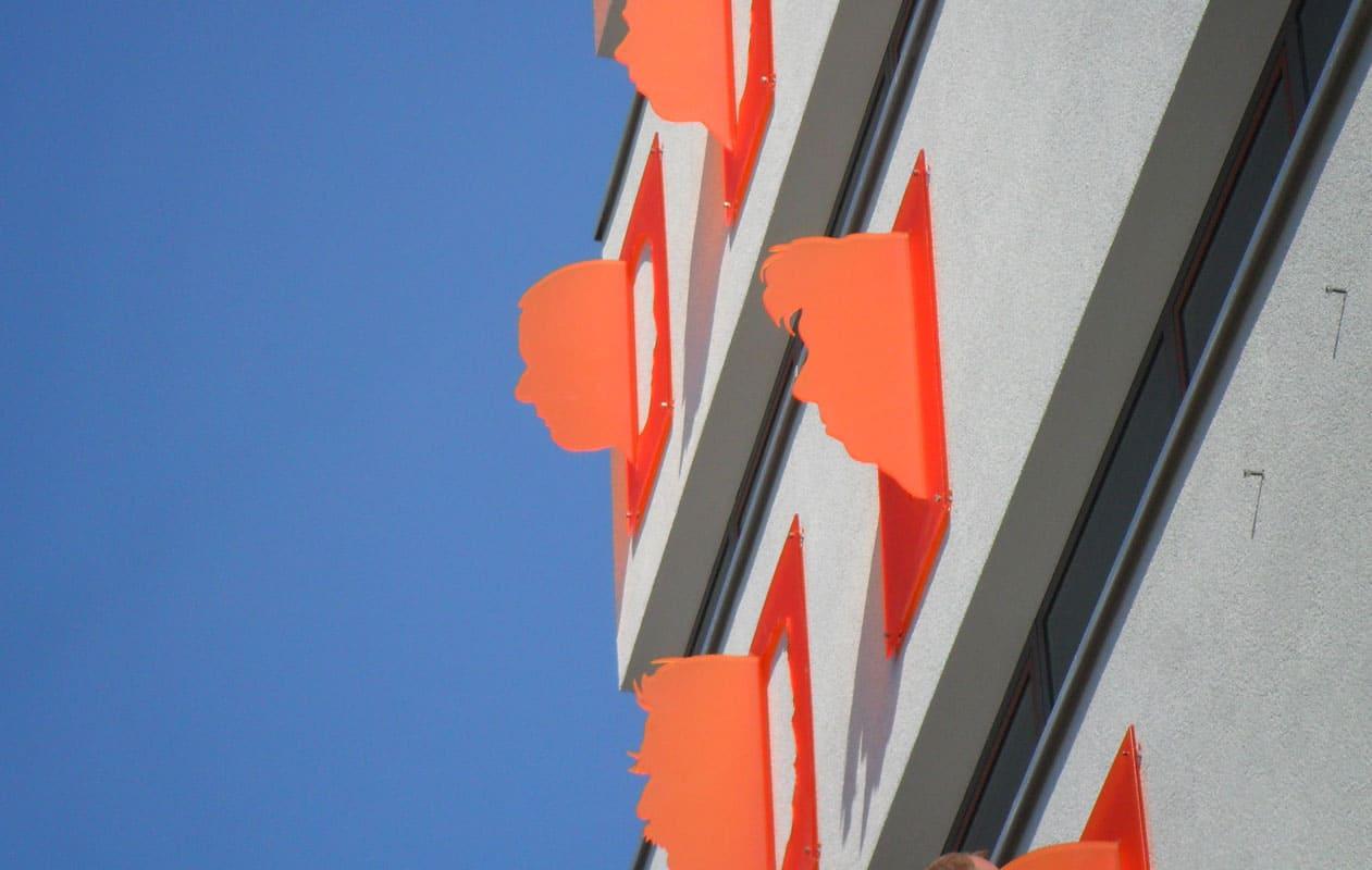 """""""Nasenschilder"""", gefräst aus Acrylglas, geben einer Fassade ein neues Profil. Foto: axis"""
