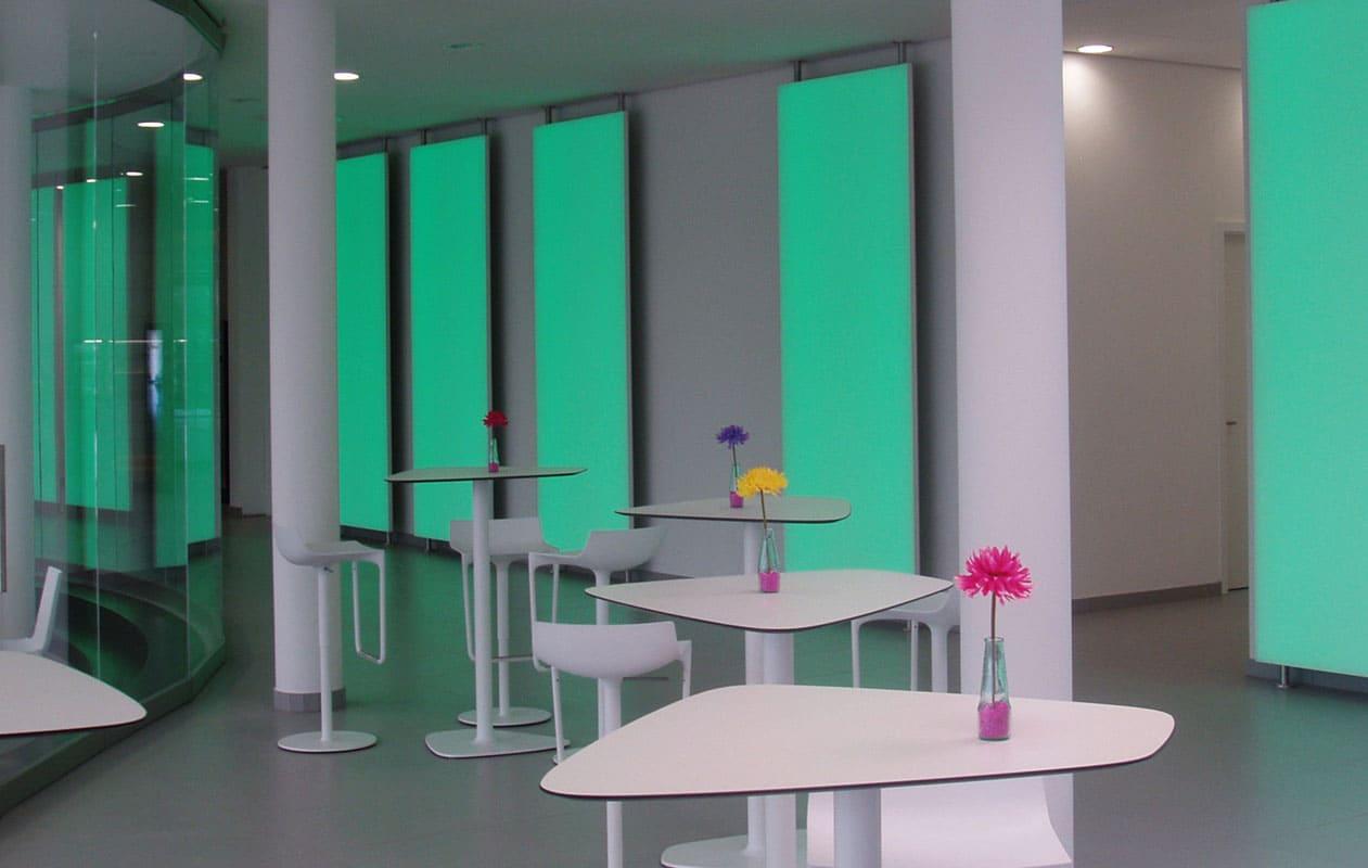 """Scheinbar """"schwebende"""" Lichtwand aus Lightpanel frameless RGB. Foto: axis"""