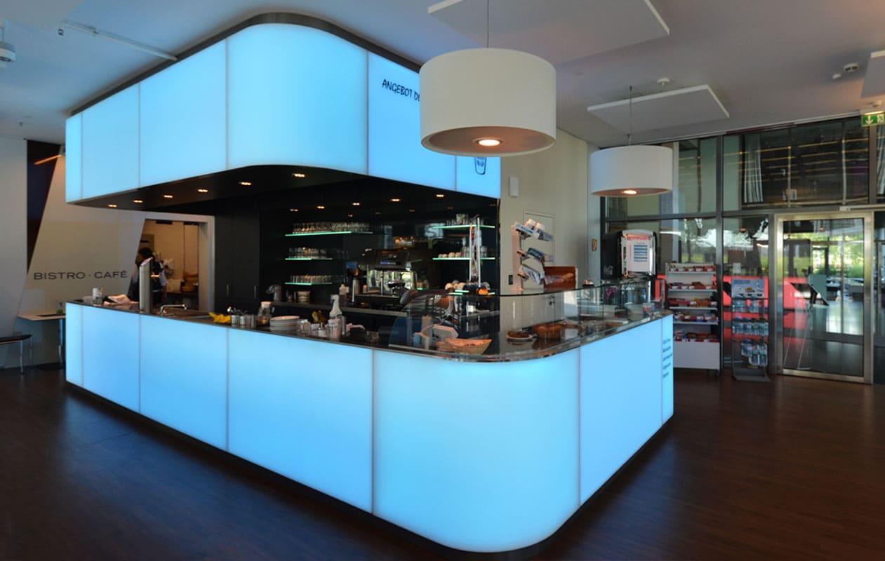 Lichttheke aus individuell gefertigten, thermisch geformten Lightpanels mit LED-Lichttechnik in RGB.