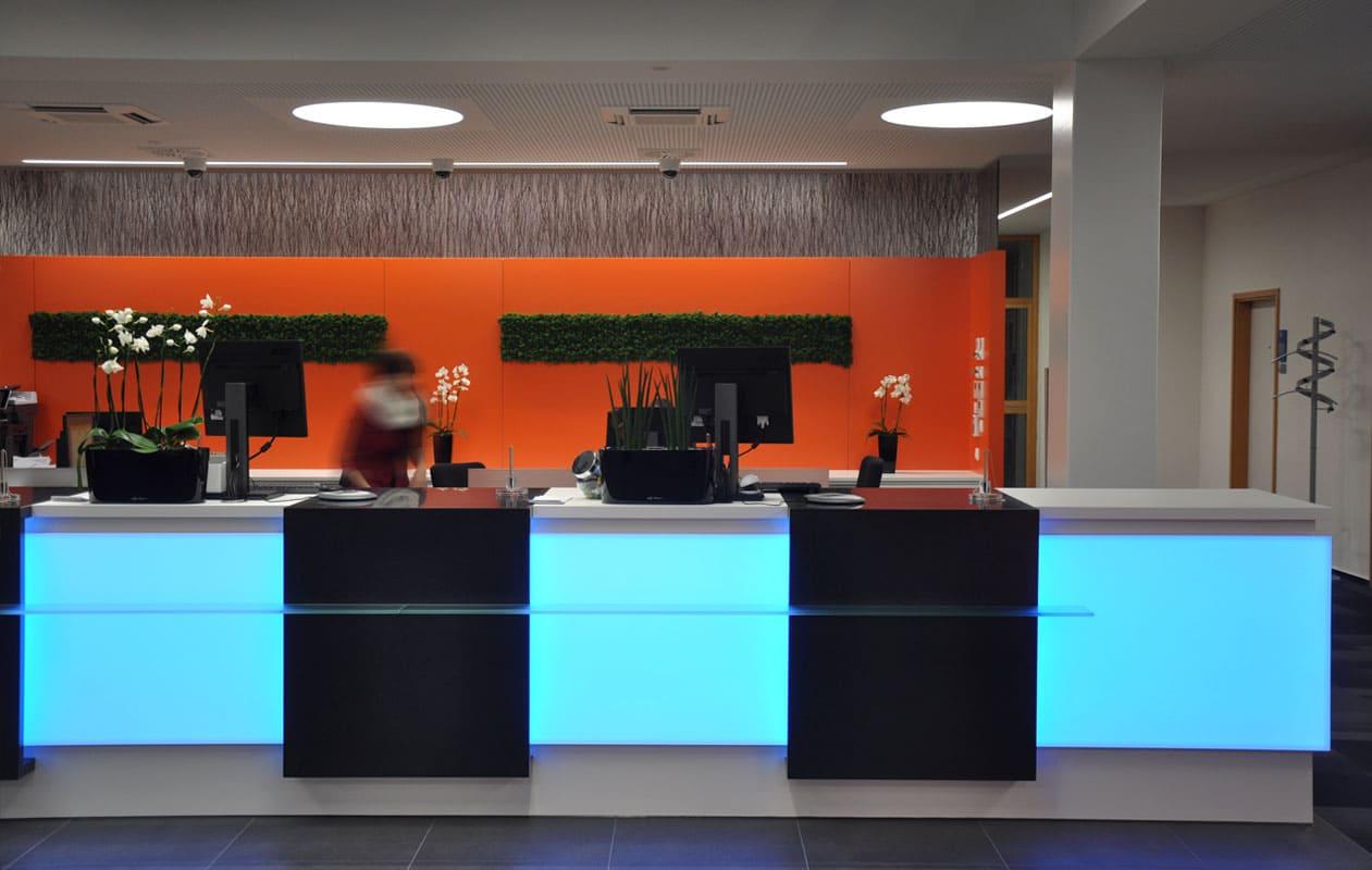Lichttheken mit Elementen aus Lightpanel frameless mit LED Lichttecknik in RGB