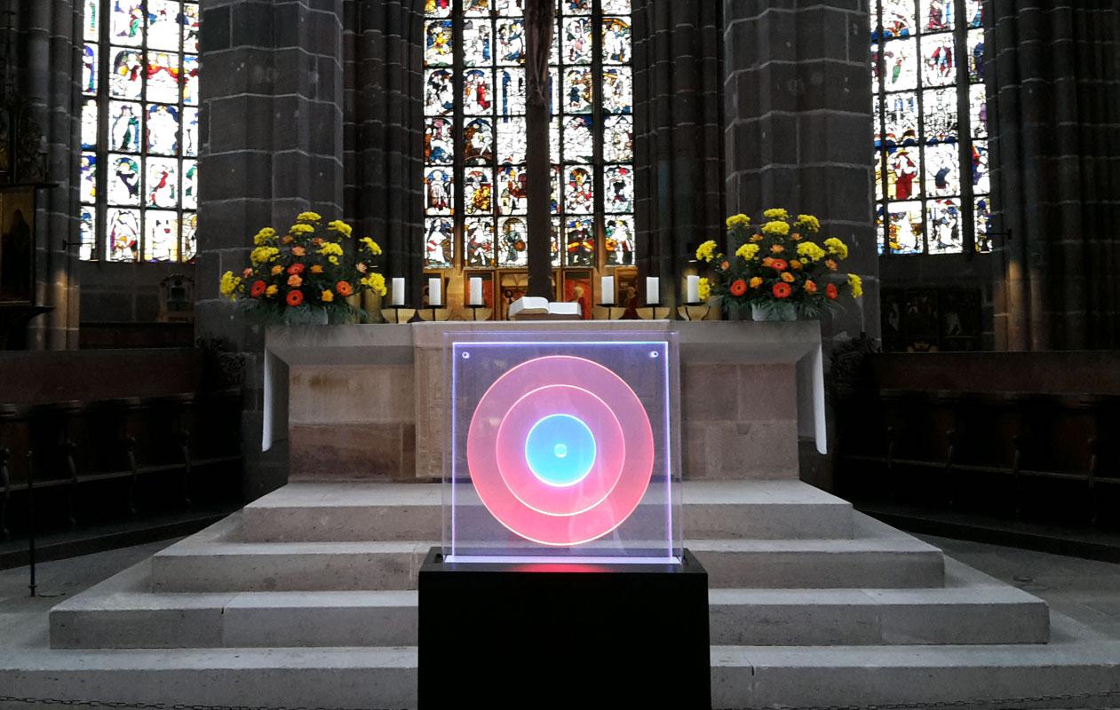LED-Lichtinstallation aus lasergraviertem Plexiglas®. Die Lightgraphic-Scheiben mit transluzenten, die Farben verändernden Lichtkreisen