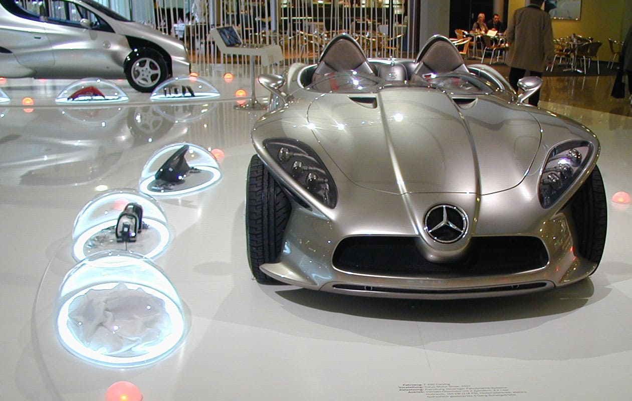 Funktionsmodelle, in gewölbten Hauben aus warmverformtem Acrylglas präsentiert und mit LED-Lichttechnik beleuchtet.
